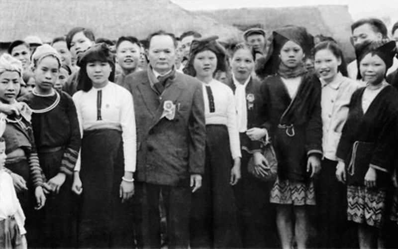 Tôn Quang Phiệt - người đứng giữa áo cài huân chương