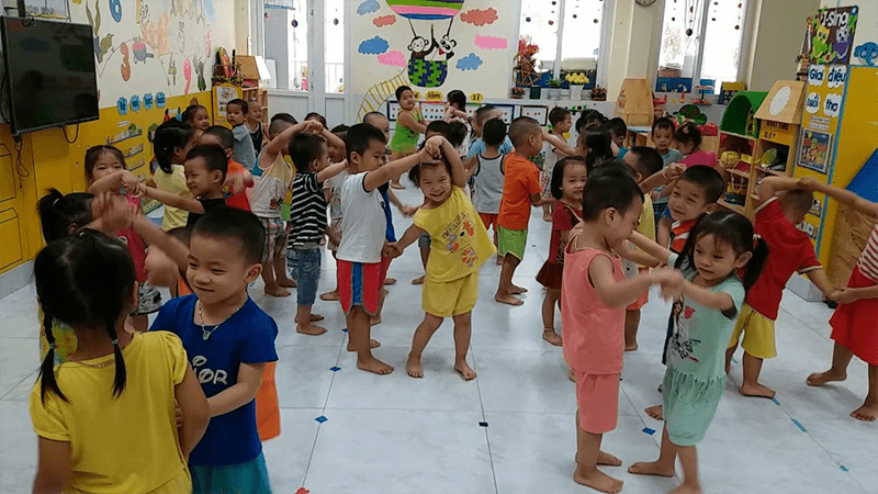 Lộn cầu vồng là trò chơi dành cho tất cả các bé, bé trai và bé gái để chơi được