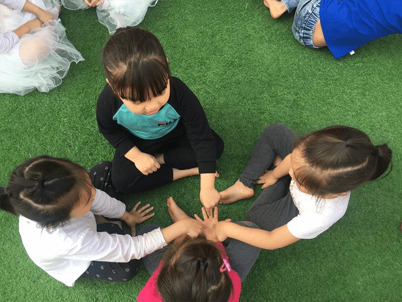 Trẻ điều khiển xòe tay ra và đọc vang bài đồng dao