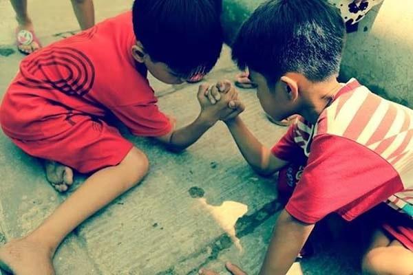 Cách chơi trò chơi vật tay cho trẻ em