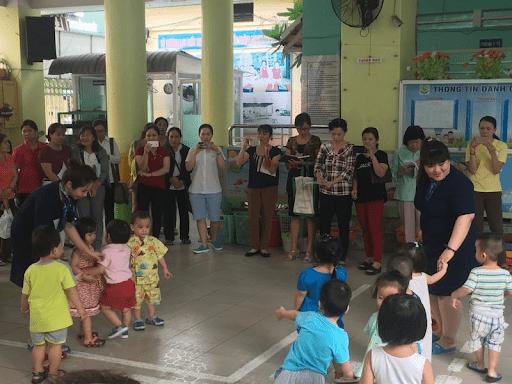Trò chơi cặp kè phù hợp với các bé lên 3 tuổi