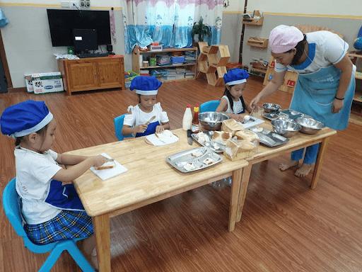 Các con tham gia lớp học nấu ăn tại trường mầm non Sao Mai