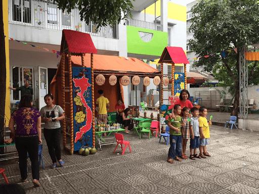 Sân trường rộng rãi, có thể tổ chức các hội chợ cho các con