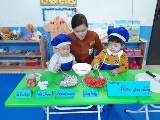 Học sinh trường mầm non Bright Way trong tiết học thực hành làm món Hoa quả dầm