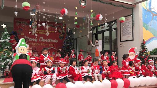 Các bé trong lễ Giáng Sinh