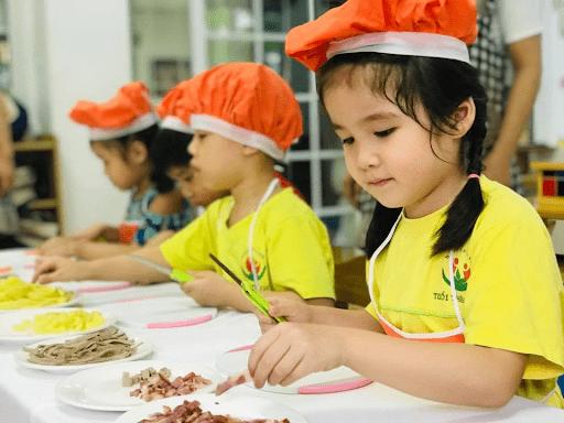 Học sinh trường mầm non Tuổi thần tiên làm món Salad Nga
