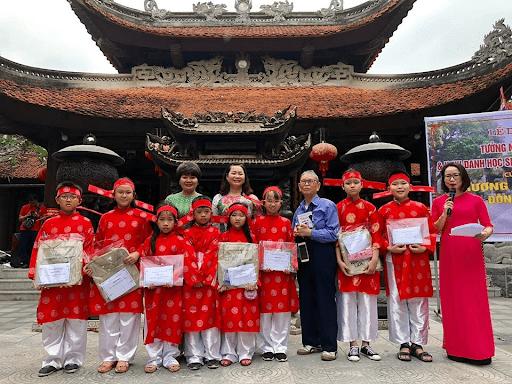 Lễ vinh danh học sinh tiêu biểu của trường tiểu học Uy Nỗ tại di tích Đền Đô