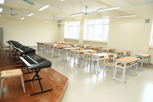 Phòng học âm nhạc với hệ thống đàn hiện đại không thua kém bất cứ trường dân lập nào