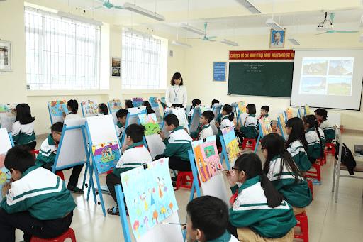 Lớp học mỹ thuật rộng rãi của nhà trường