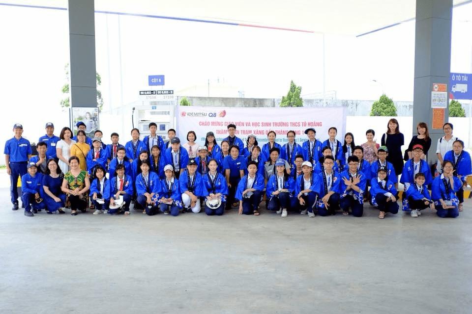 Giáo viên và học sinh trường THCS Tô Hoàng tham quan và trải nghiệm dịch vụ bán hàng tại Trạm Thăng Long 1