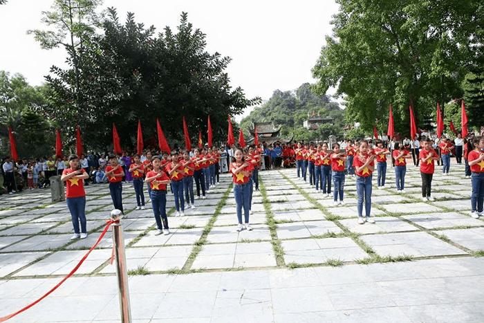 Tiết mục của trường tiểu học Sài Sơn trong đại hội thể thao do xã tổ chức