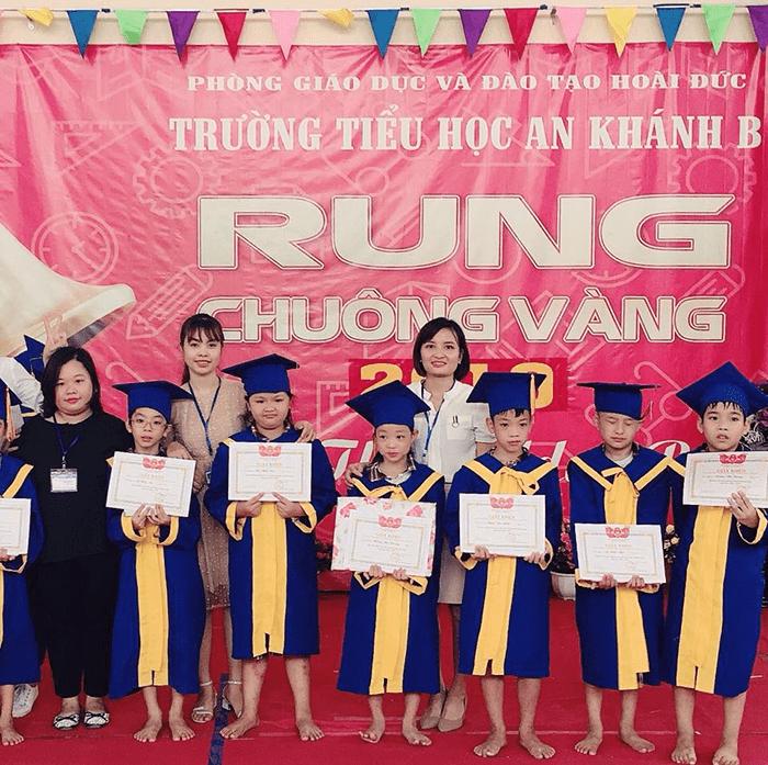 Học sinh trường tiểu học An Khánh nhận giấy khen trong cuộc thi Rung chuông vàng 2019