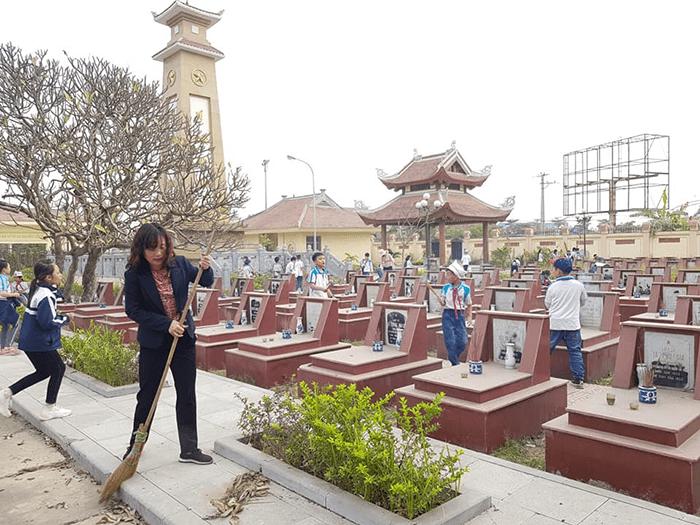 Hoạt động ý nghĩa của cô trò trường tiểu học Di trạch tại nghĩa trang Liệt sĩ xã Kim Chung
