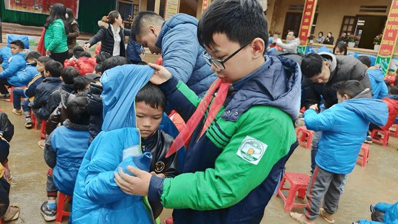 Học sinh trường THCS Nguyễn Tri Phương trao áo ấm cho trẻ em nghèo tại Lào Cai
