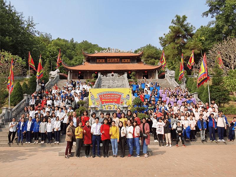 Học sinh nhà trường tham quan tại đền thờ nhà giáo Chu Văn An