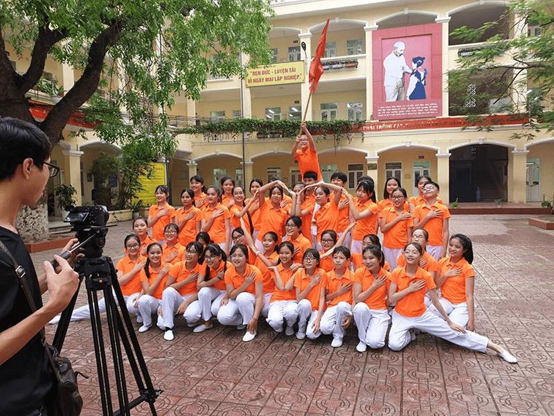 Tiết mục trong cuộc thi School tour cùng con bò cười của trường THCS Hoàng Liệt