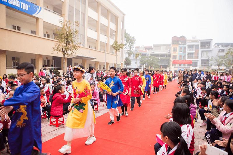 Trang phục áo dài được các em học sinh sử dụng trong chương trình chào đón xuân 2020