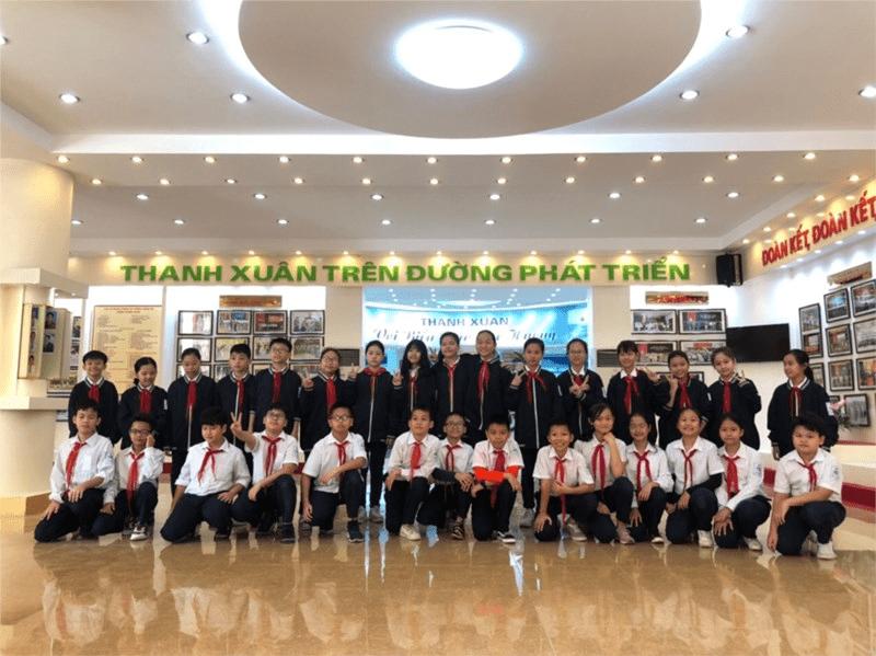 Các em học sinh tham quan Bảo tàng Phòng không không quân