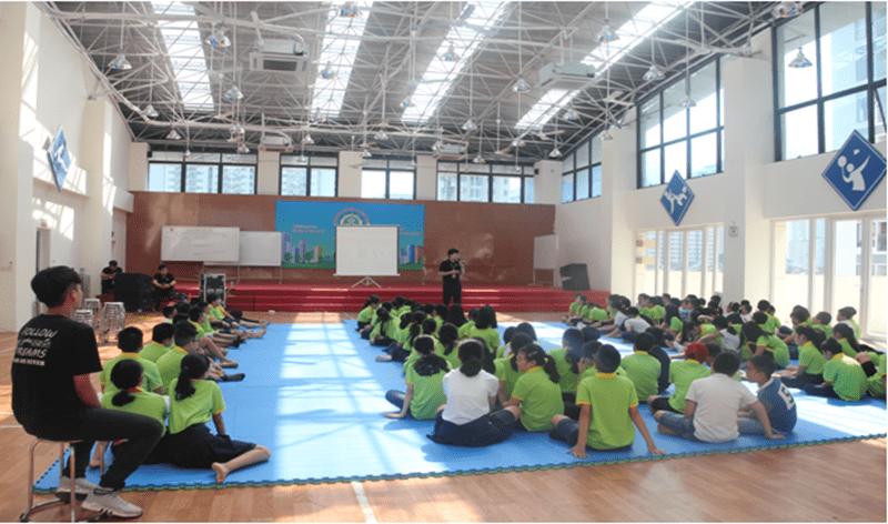 Các em được học trải nghiệm kỹ năng sống tại phòng học đa năng của nhà trường