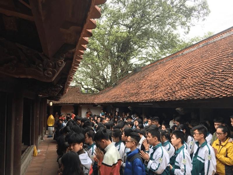 Các em học sinh dâng hương tại chùa Đậu