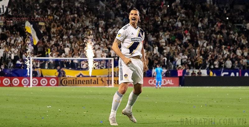 Zlatan Ibrahimovic đã có cú vô lê đẹp mắt