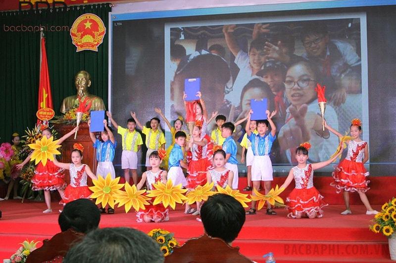 Tiết mục văn nghệ của trường THCS Vân Hòa trong hoạt động của xã, huyện