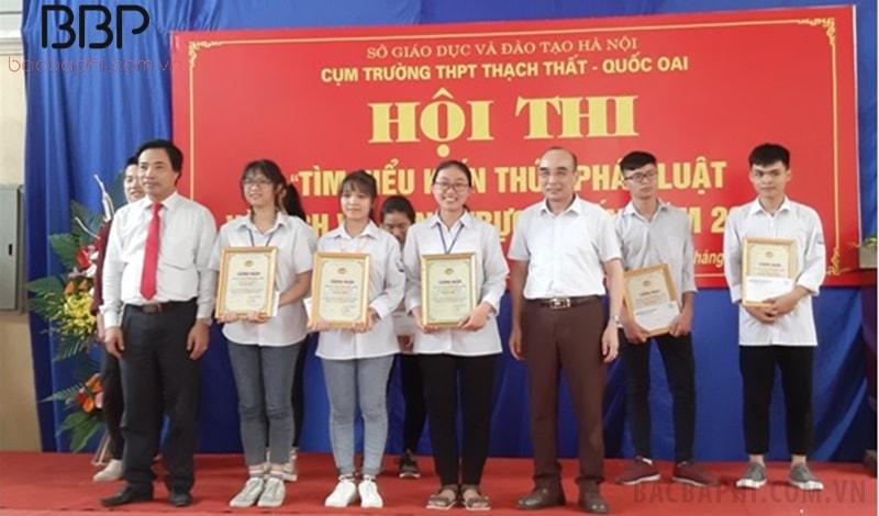 """Các em học sinh nhà trường đạt giải trong Hội thi: """"Tìm hiểu Pháp luật và dịch vụ công trực tuyến"""" cụm trường THPT huyện Quốc Oai"""