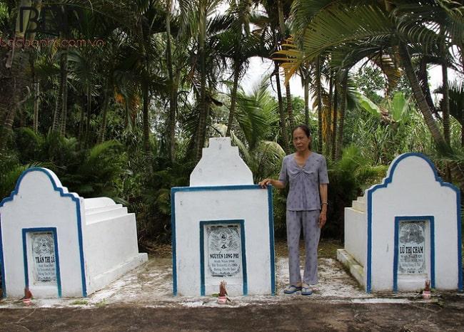 Mộ Bác Ba Phi và 2 người vợ của ông ở mảnh đất sau nhà hiện đang được cháu gái nội là bà Nguyễn Thị Dung trông coi