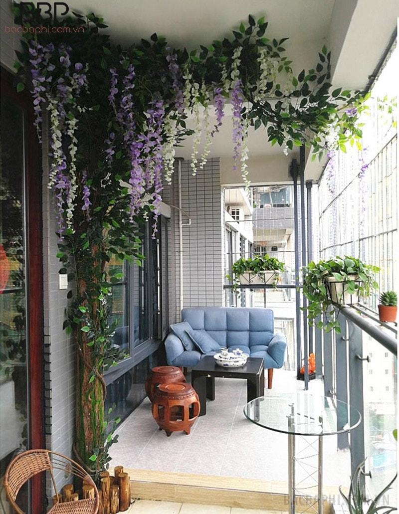 Thay vì trồng cây giả trong nhà, bạn có thể trang trí ở ban công