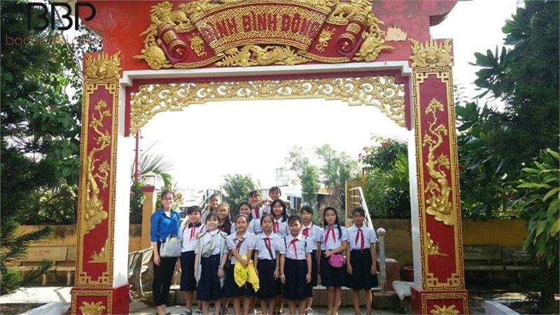 Các em học sinh trong trường đi thăm quan Bình Đình Đông